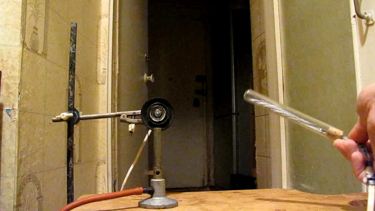 Модель ртутного выключателя и горелка Бунзена. The model of a mercury tilt switch and a Bunsen burner
