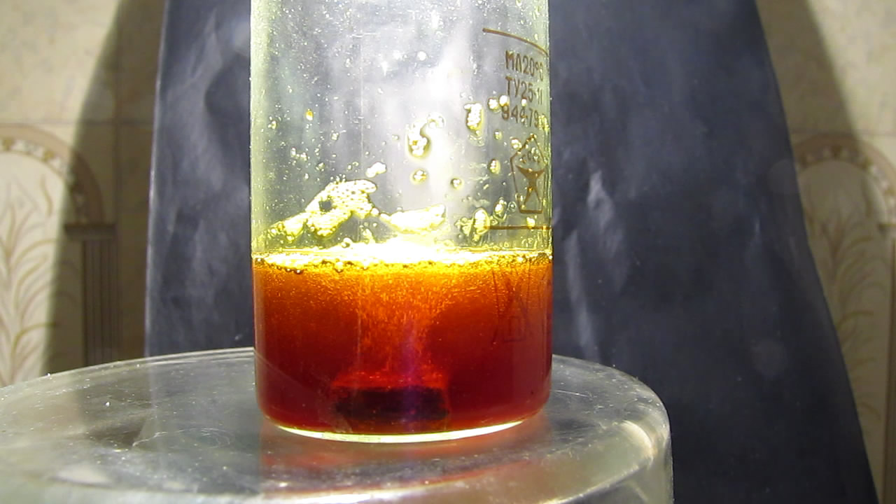 Реакция магния с хлоридом железа (III) в водном растворе. The reaction of magnesium with iron (III) chloride in an aqueous solution