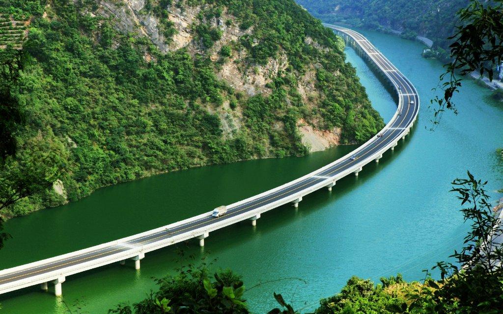 В Китае построили мост: не поперек, а вдоль реки, чтобы не вырубать лес<br> Bridge was built along river in China