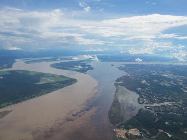 Слияние Риу-Негру и реки Амазонка (Манаус, Бразилия). Confluence of Rio Negro and Amazon River (Manaus, Brasil)