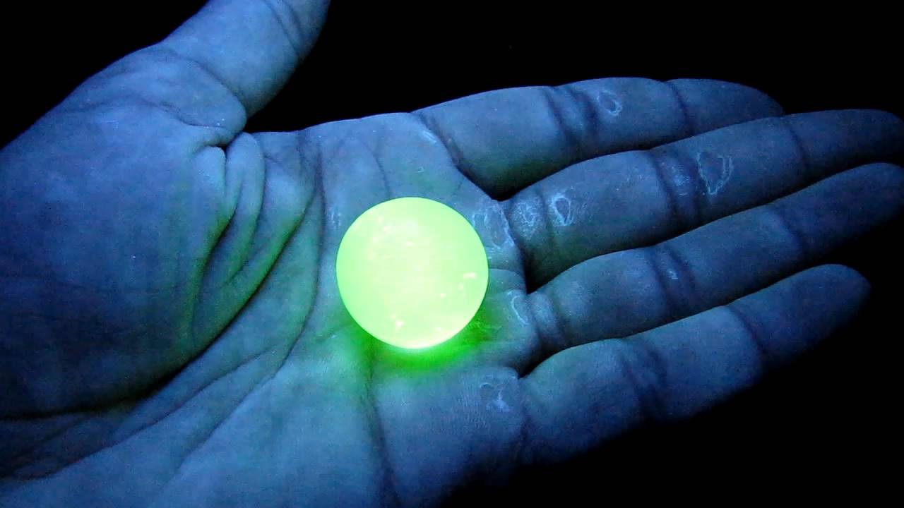 Урановое стекло в ультрафиолетовом свете. Uranium glass under ultraviolet light