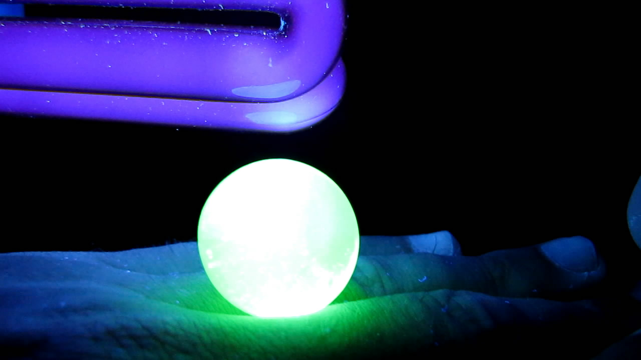Урановое стекло и ультрафиолетовая лампа. Uranium glass and black light lamp (ultraviolet light)