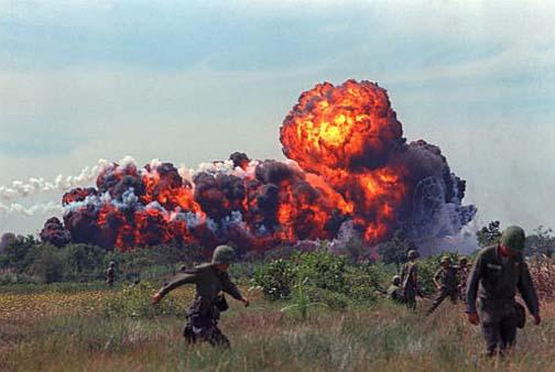 Взрыв бомбы с напалмом