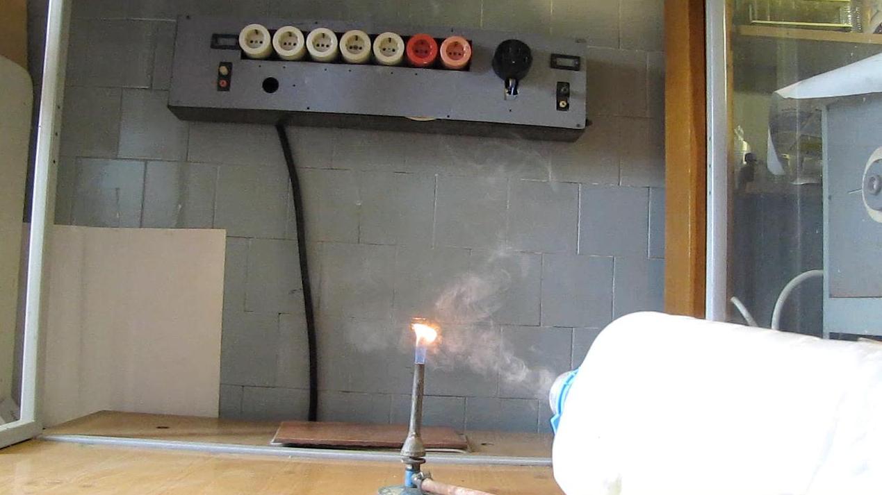 Дымовые кольца гасят газовую горелку