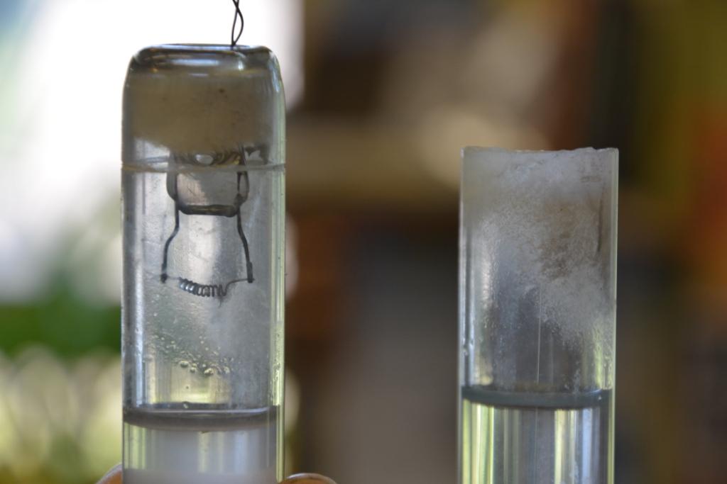 U-подобная трубка из люминесцентной лампы