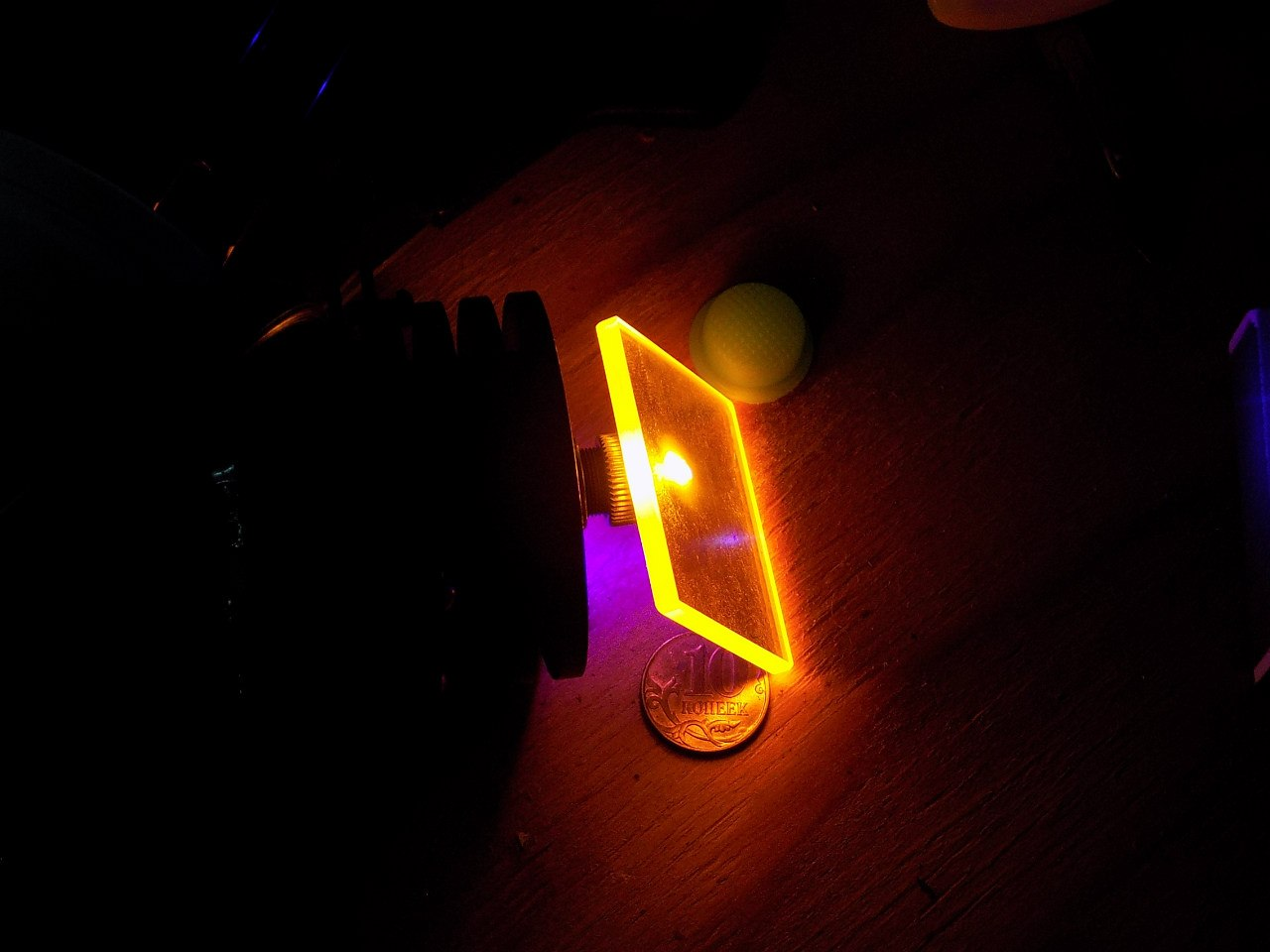 Синий лазер направлен на светофильтр и бюксы с  растворами красителей