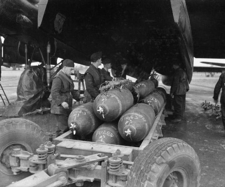Подготовка к загрузке 1000-фунтовых авиационных бомб в бомбардировщик Avro Lancaster. В бомбах находится сплав гексоген-тротил