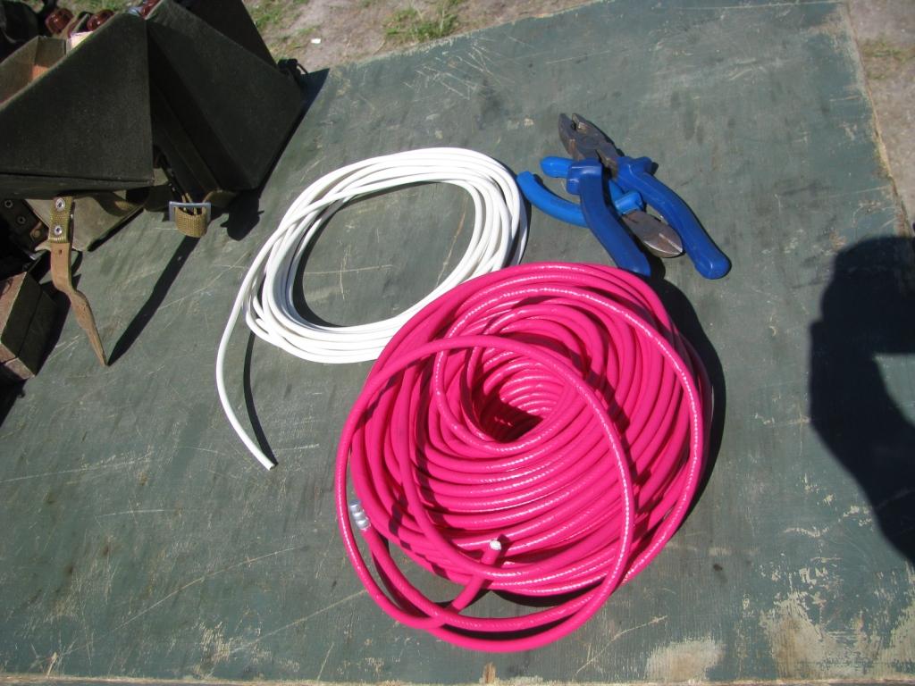 Детонирующий шнур (красный) и огнепроводный шнур (белый). Внутри детонирующего шнура тетранитропентаэритрит, внутри огнепроводного шнура черный порох