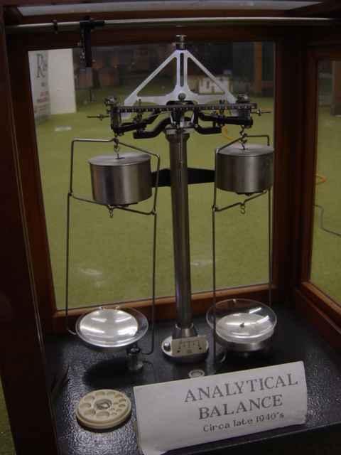 Аналитические весы, 1940г. От более ранних моделей отличаются наличием демпферов (полых алюминиевых цилиндров, которые ускоряют достижение равновесия)