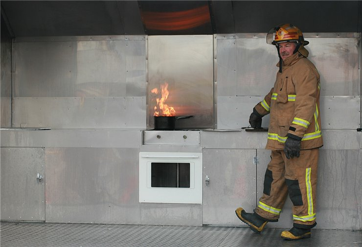 Вот что бывает, если тушить горящее масло водой...