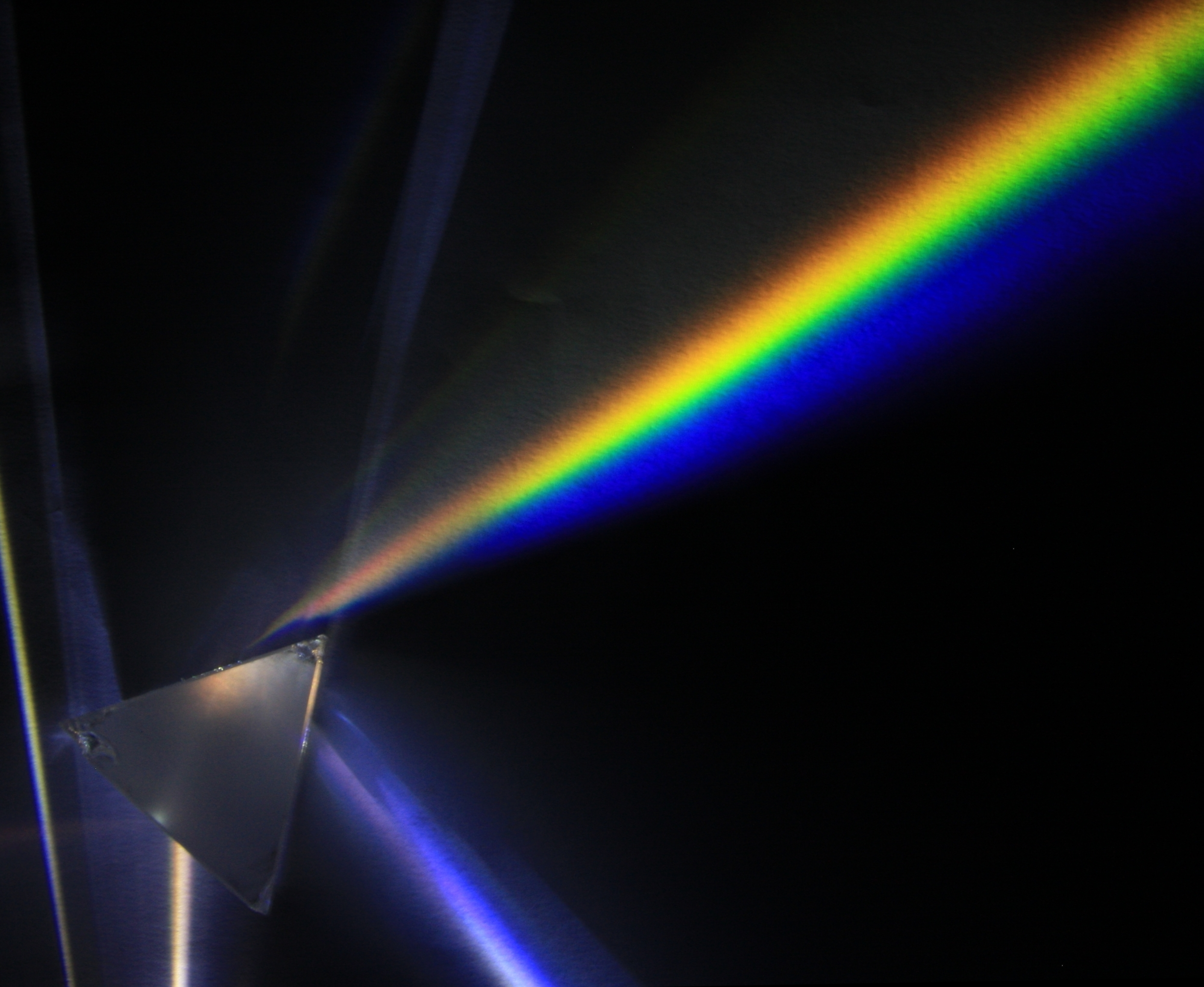 Призма и свет люминесцентной лампы