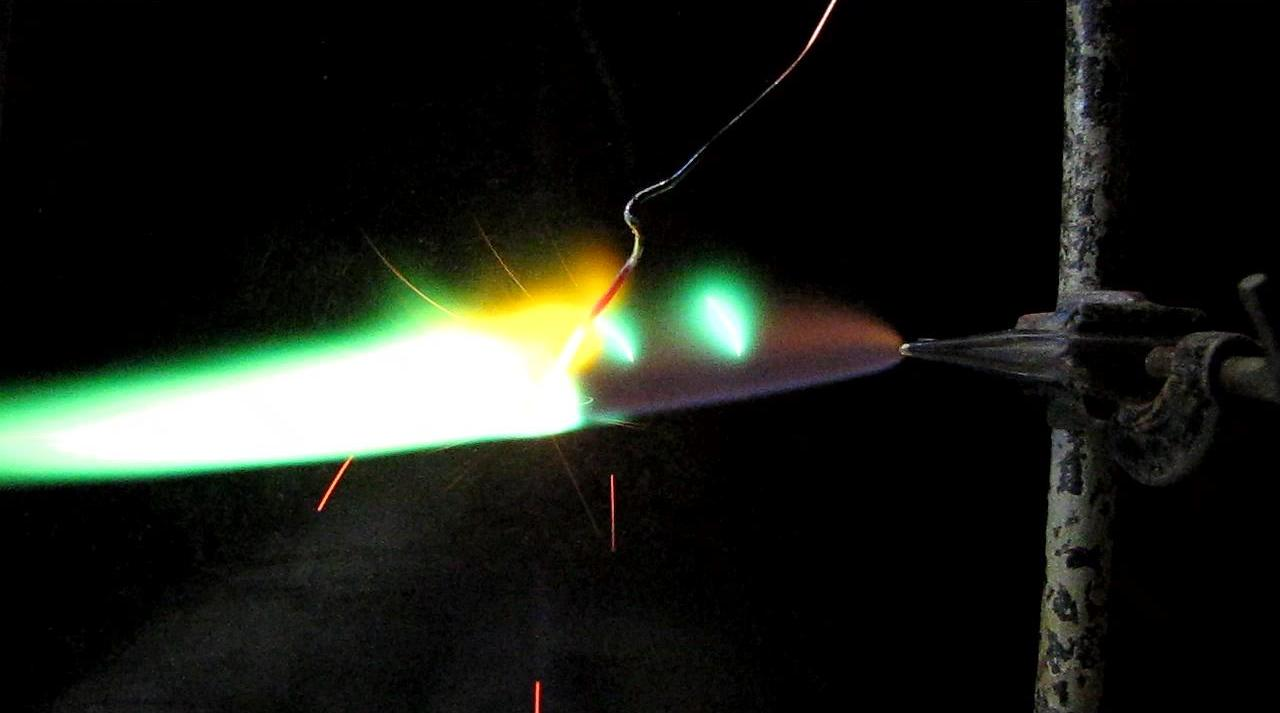 Плавление медной проволоки в пламени водорода