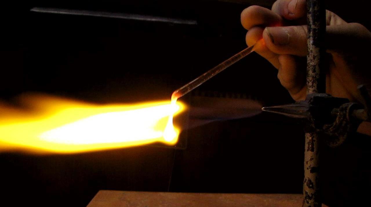Плавление стеклянной палочки в пламени водорода