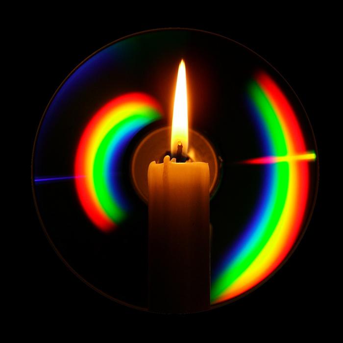 Пламеня свечи и компакт-диск