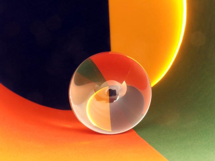 Стеклянный шарик в бумажной трубке