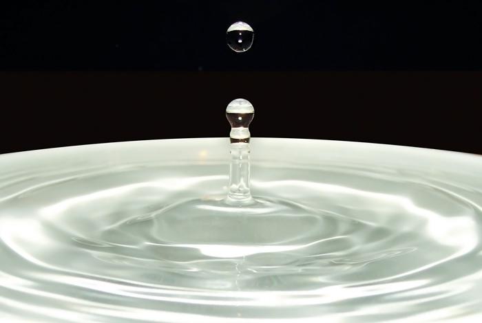 Капля, падающая на поверхность воды