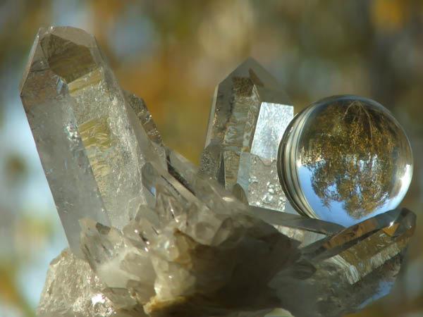 Кристаллы кварца и шарик из стекла