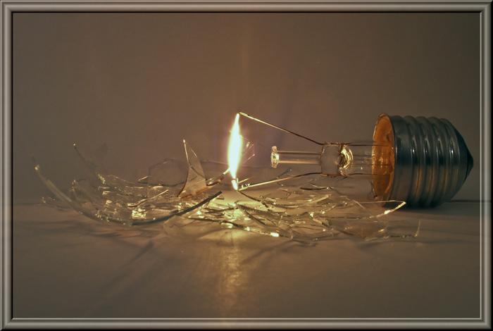 Электрическая лампа с разбитой колбой горит еще некоторое время