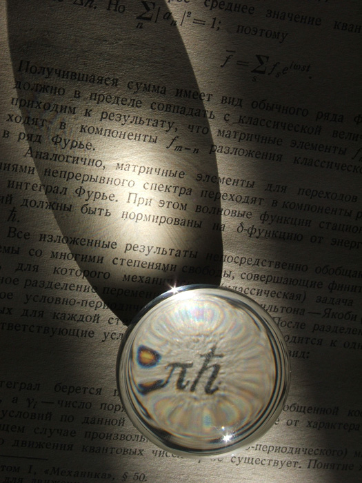 Стеклянный шарик работает как линза, увеличивая буквы и фокусируя свет