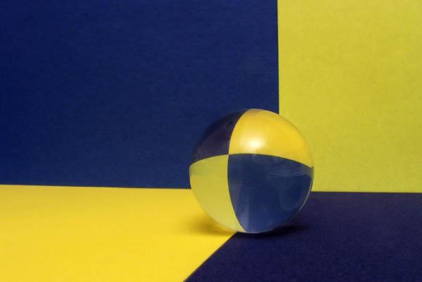 Преломление и отражение света в стеклянном шарике