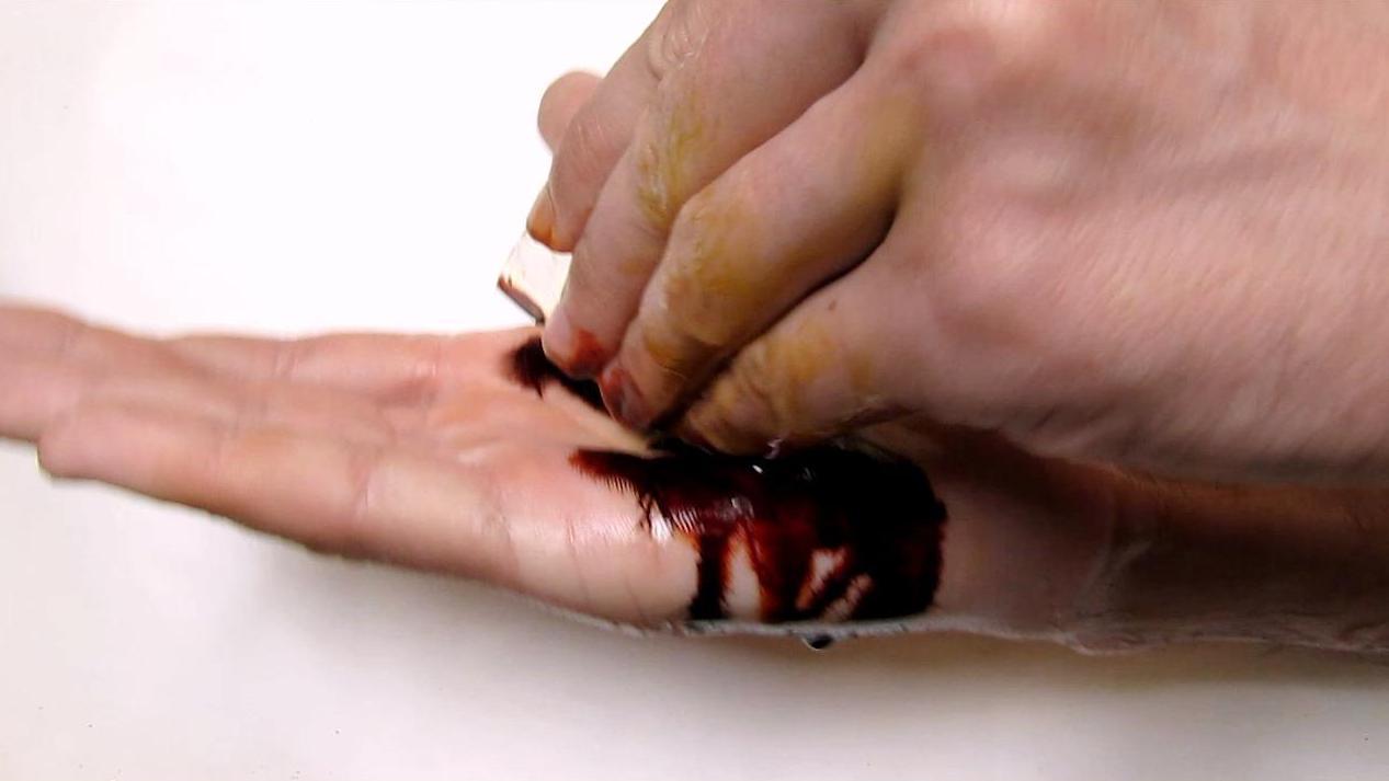 Имитация кровавого пореза