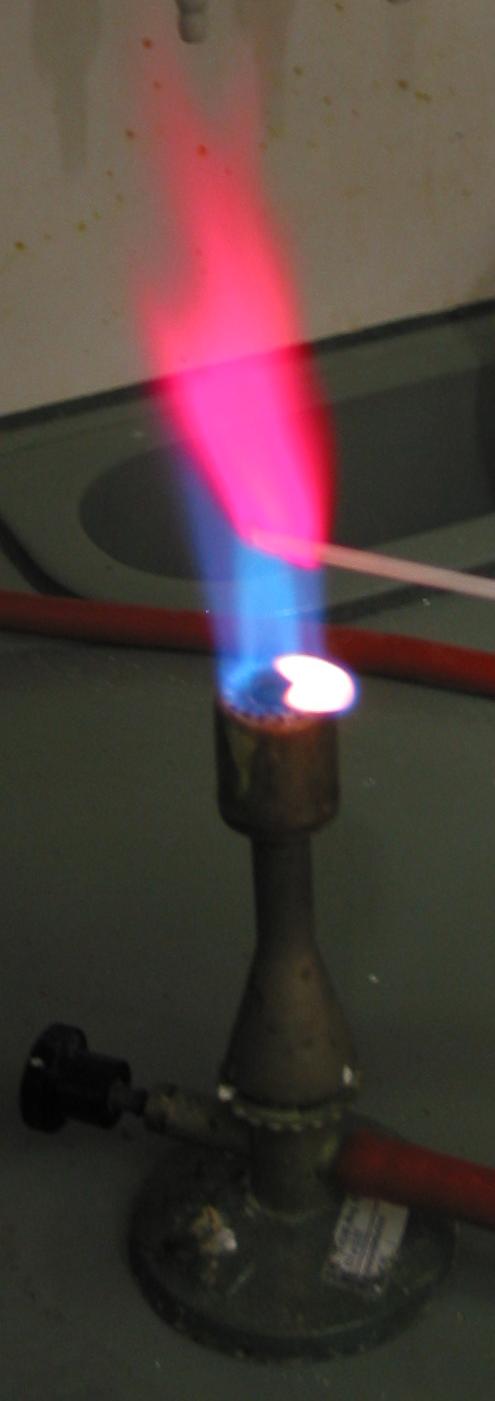 Соли лития окрашивают пламя в характерный цвет