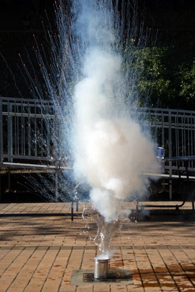 Взрыв натрия (реакция натрия с водой)