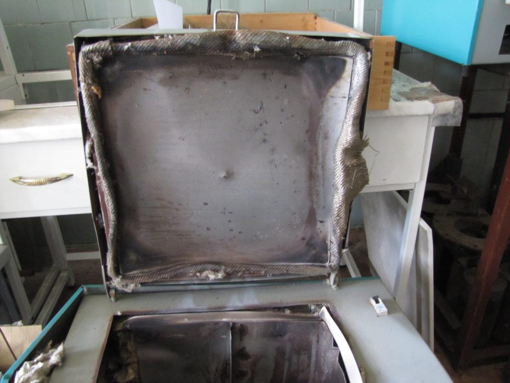 Сушильный шкаф после взрыва гидротермальной бомбы