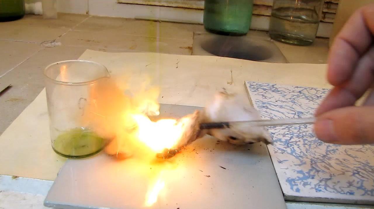 Воспламенение ваты на ладони