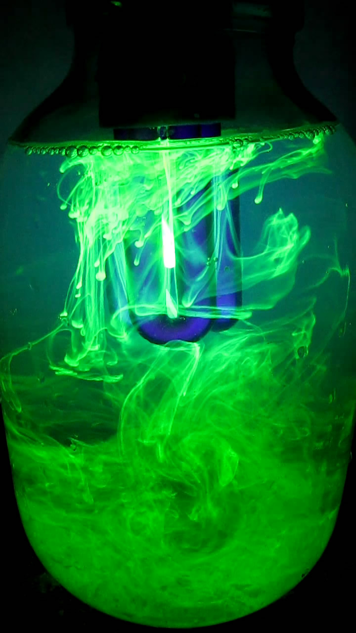 Вихревые кольца с флуоресцеином в ультрафиолетовом свете