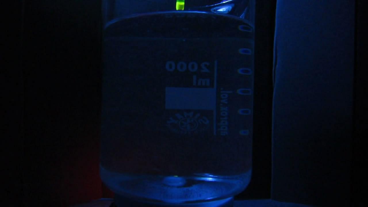 Вихрь с флуоресцеином в ультрафиолетовом свете