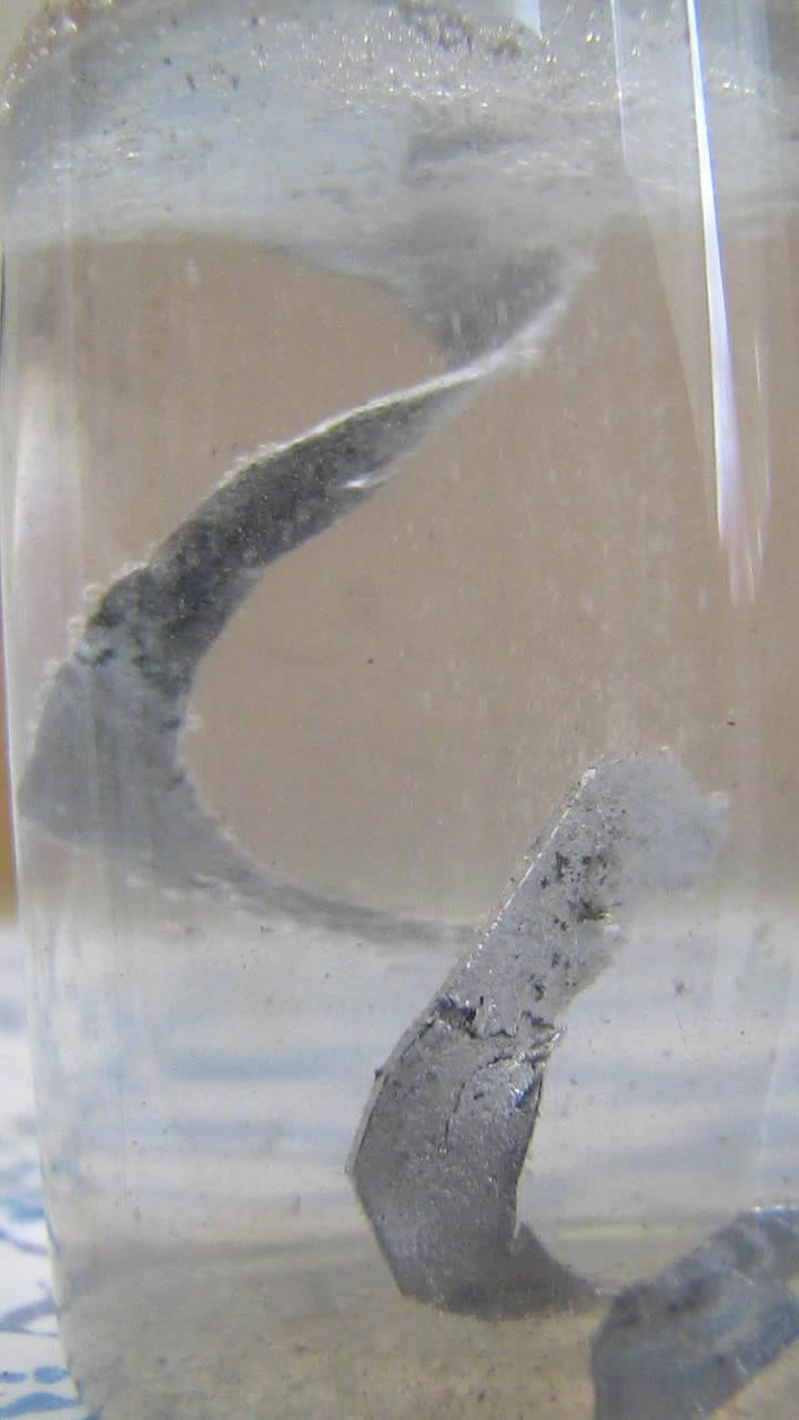 Реакция алюминия с водой (при комнатной температуре)