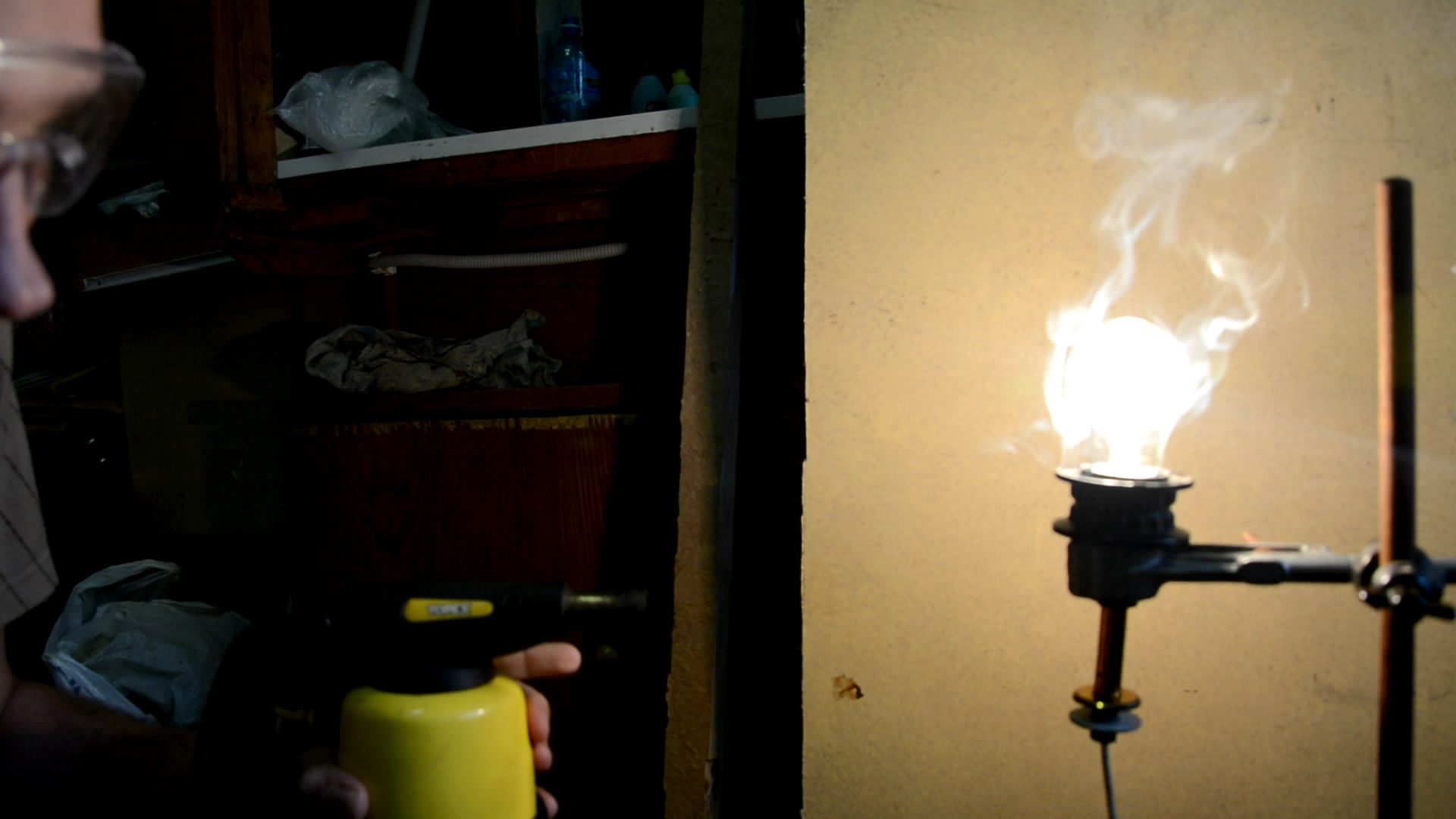 Лампа и пламя (делаем отверстие в лампе)