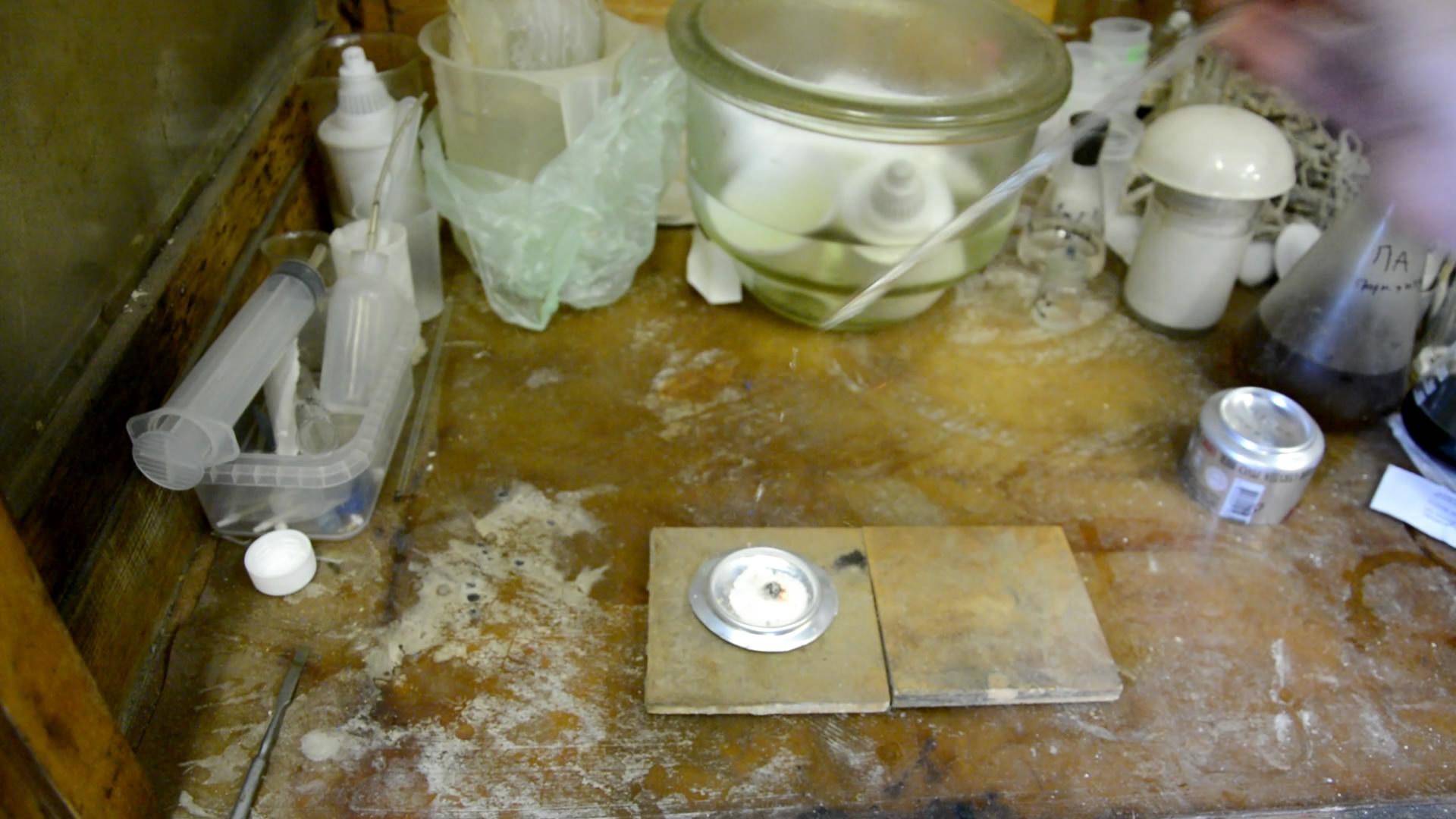 Вспышка смеси хлората калия и сахара от капли серной кислоты