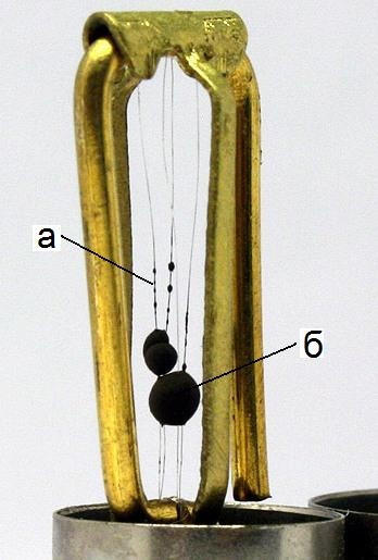 Медная рамка с платиновой проволокой (а) и платиновыми шариками (б)