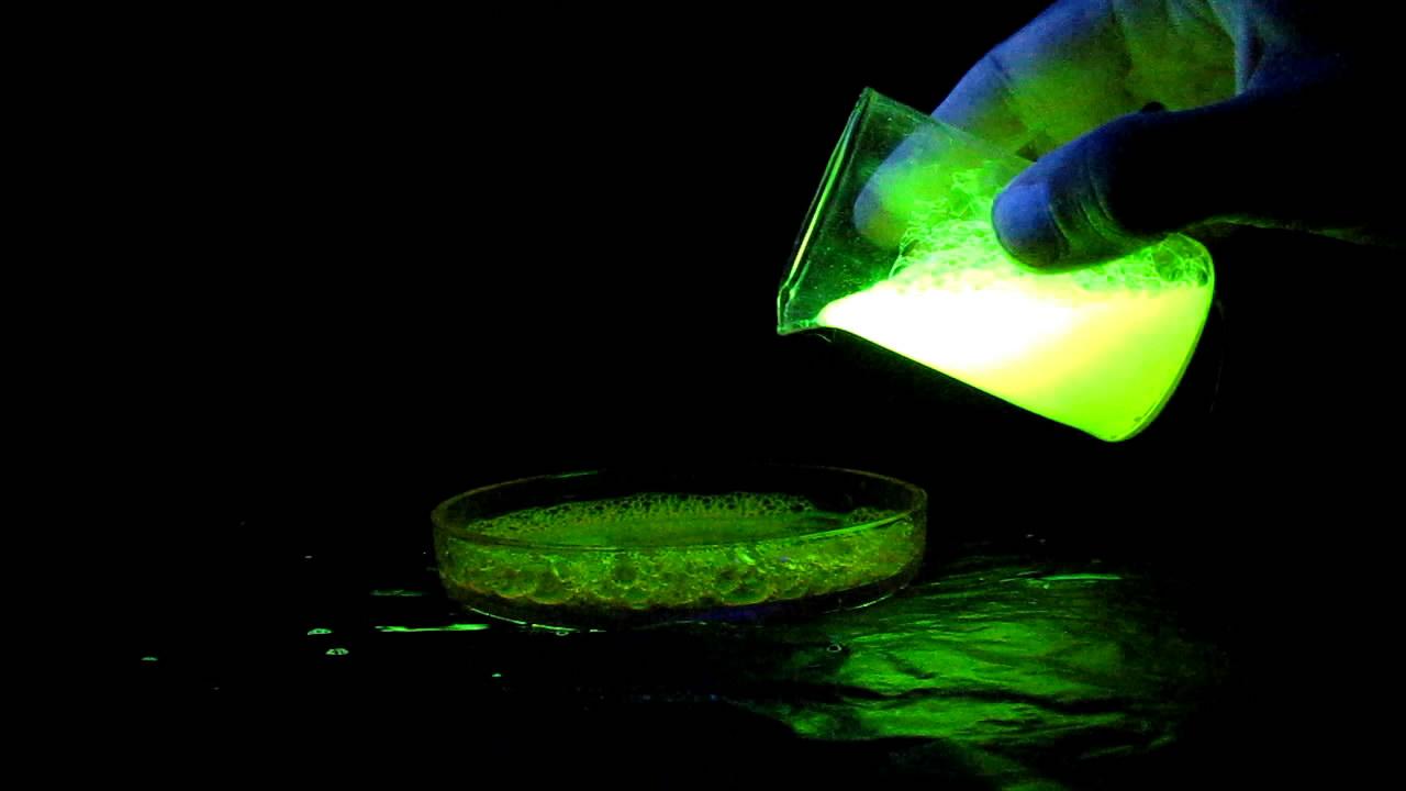 Флуоресцеин, мыльная пена и ультрафиолетовый свет. Fluorescein, soap bubbles and ultraviolet light