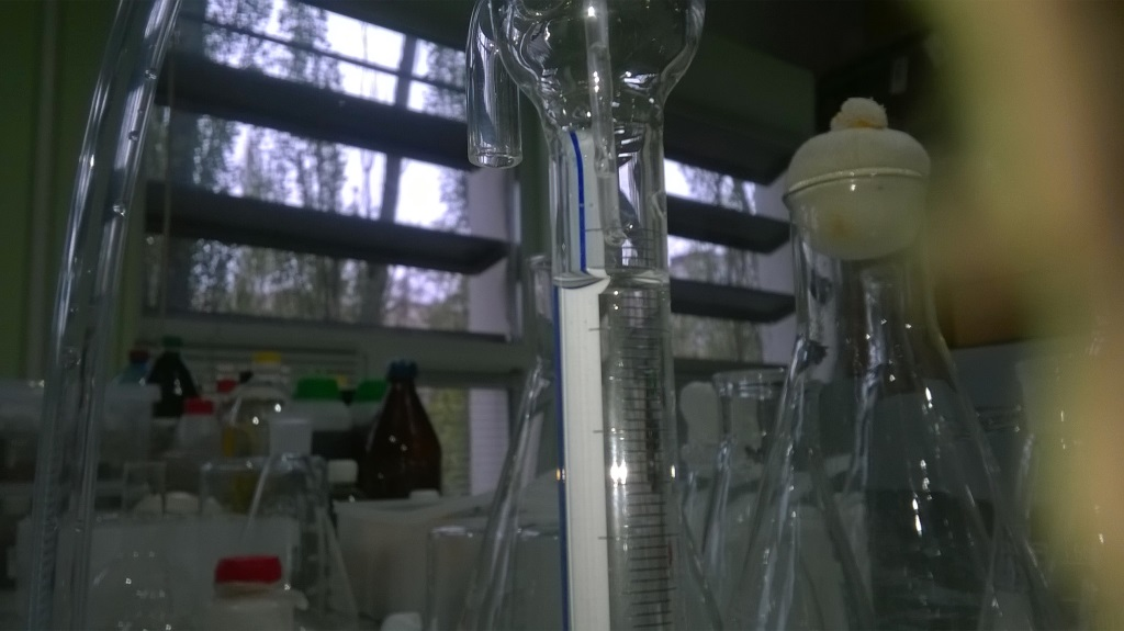 Сколько нужно химиков, чтобы оттитровать раствор? How many chemists do you need to titrate solution?