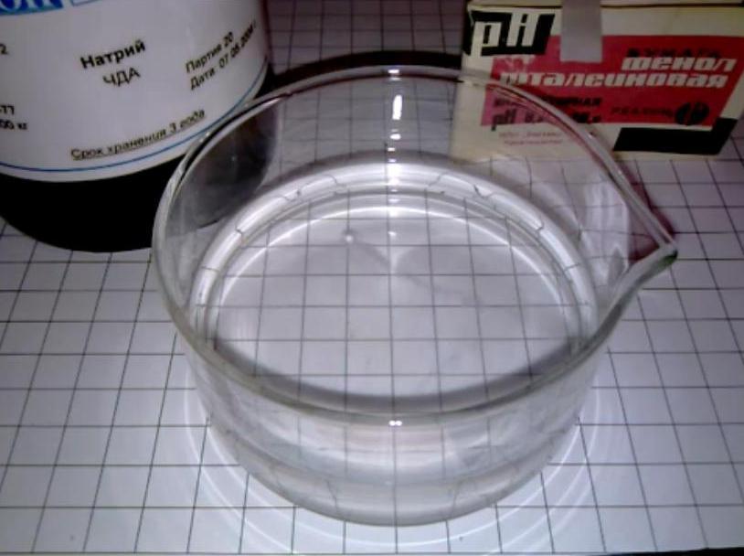 Реакция натрия с водой (маленький кусочек)