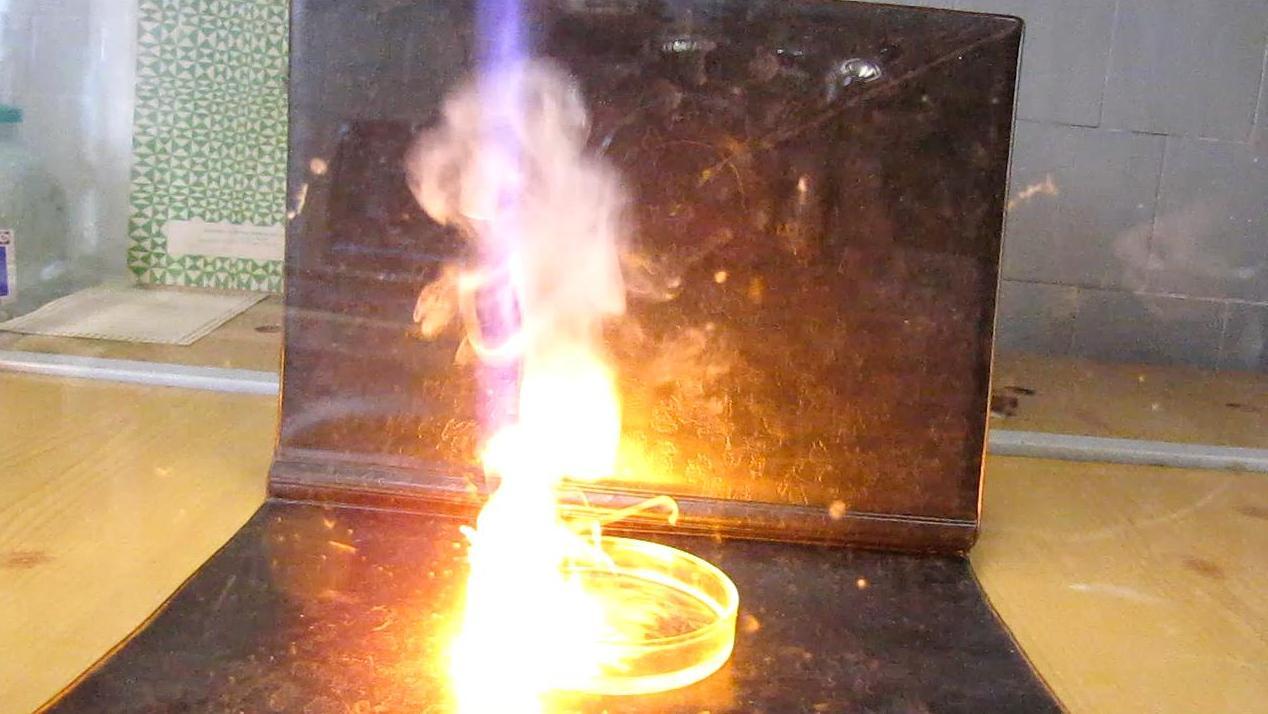 Натрий и концентрированная азотная кислота