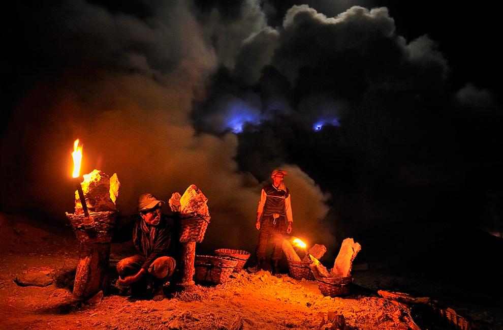 Шахтеры возвращаются домой. Облака пара и газа позади них освещены лунным светом, факелами и горящей жидкой серой.