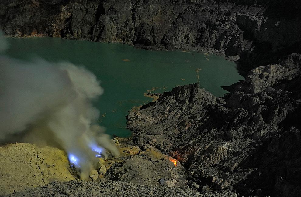 2. Кислотное озеро  расположено посередине кальдеры Кава Иджен. На его берегу ведется добыча серы.