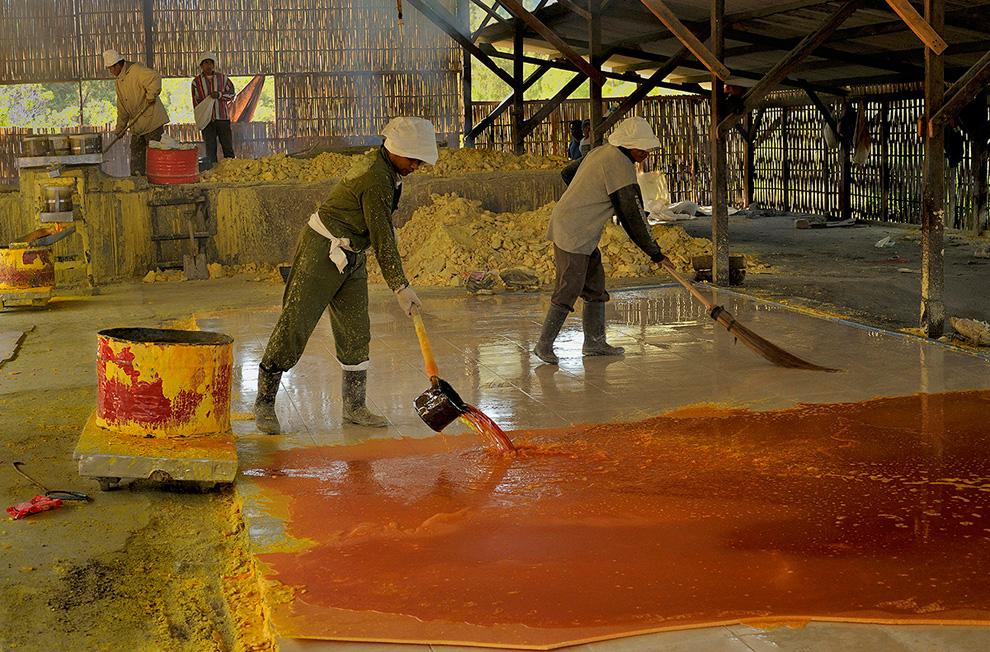 Заключительный этап. Рабочие разливают жидкую серу на плитах для охлаждения. После затвердевания она будет отправлена на местные фабрики, где серу используют для вулканизации резины и других целей.