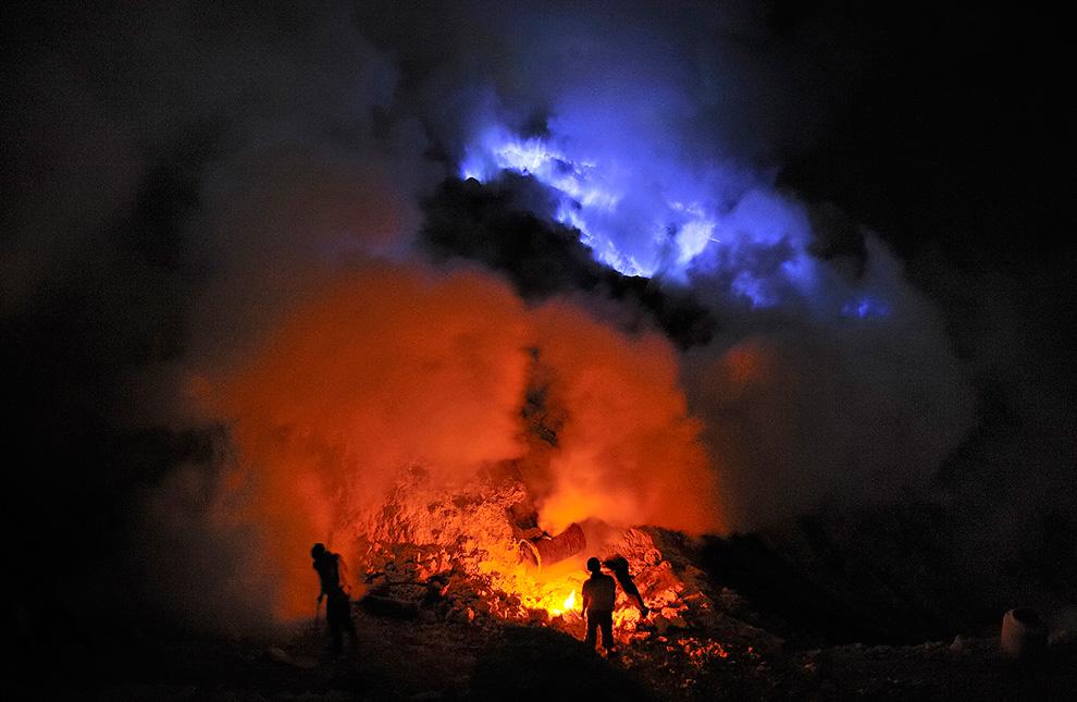 Шахтеры добывают серу в адских условиях. Противогазы имеют лишь немногие из шахтеров.