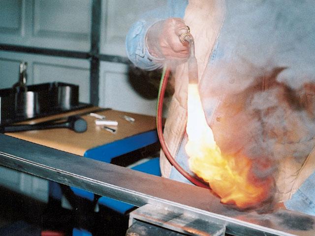 Пламя ацетилена (коптящее) - подача кислорода в горелку перекрыта
