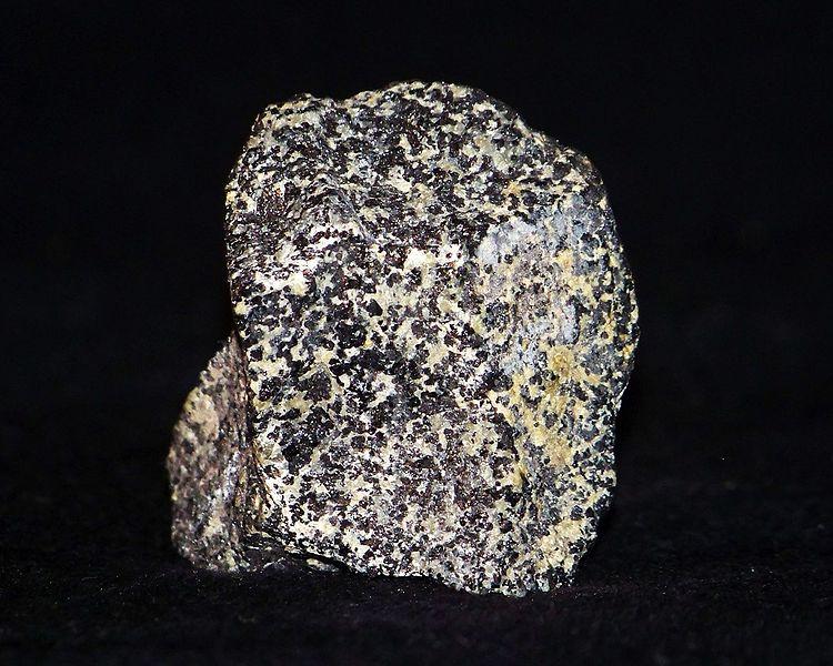 Хромовая руда (содержит хромит FeCr2O4)