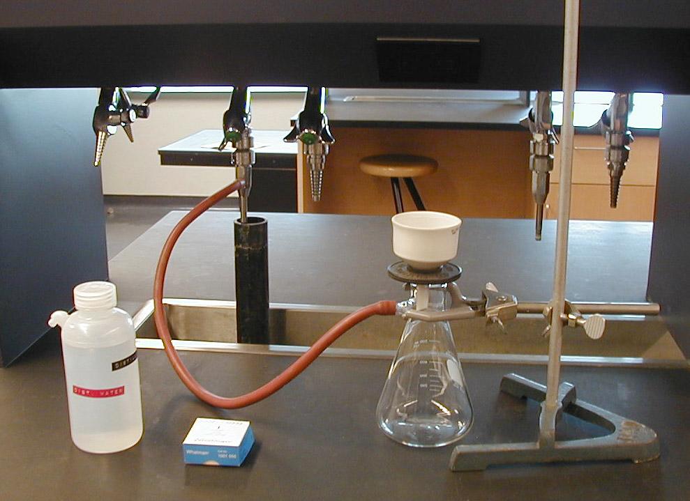 Установка для фильтрования под вакуумом (бумажный фильтр, воронка Бюхнера, колба Бунзена и водоструйный насос)
