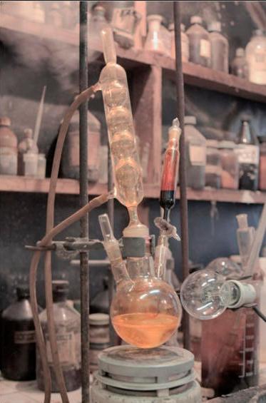 Трехгорлая колба с обратным холодильником и капельной воронкой (органический синтез)