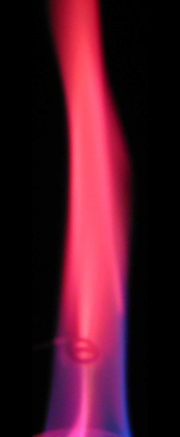 Соли лития окрашивают пламя в карминово-красный цвет