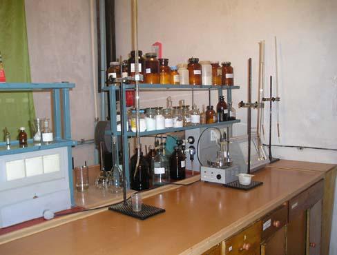 Лабораторный стол, рН-метр и реактивы