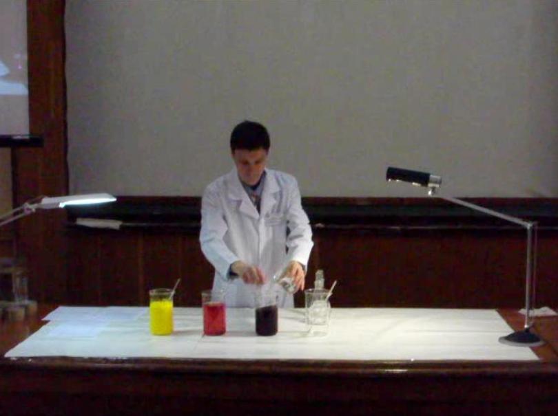 В стакан добавляют бесцветный раствор
